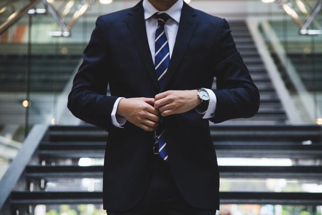 スーツの人